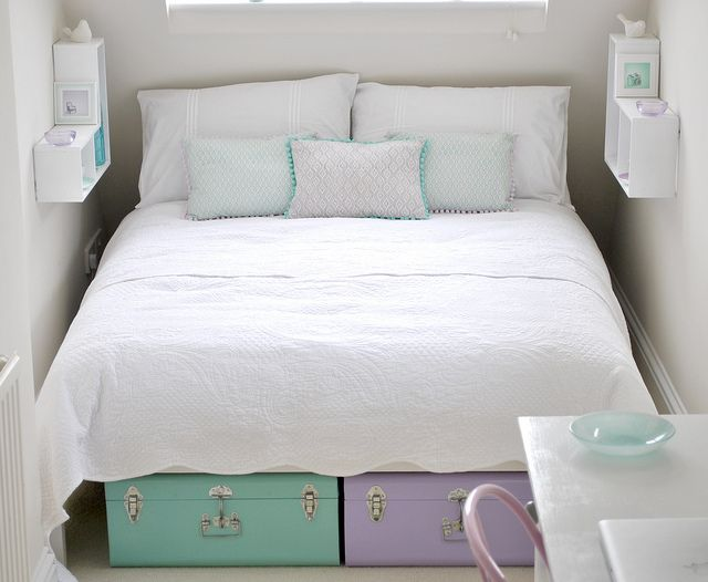 Space saving nightstand idea for a small bedroom or apartment. This is smart! (for the guest bedroom)
