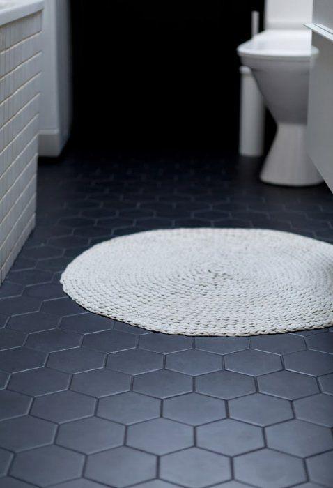 svart hexagonmnstrat klinker p badrumsgolvet.jpg
