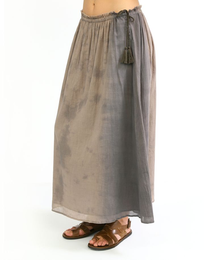 Длинная летняя #юбка из коллекции #Swildens. Модель красивого кофейного цвета выполнена из легкого хлопка. Пояс-шнурок, украшенный кисточками на концах, решен в актуальном  этническом стиле.