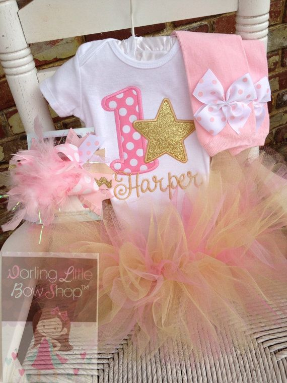 ♥First verjaardag Romper of shirt in roze en goud - Twinkle, Twinkle--gepersonaliseerde Romper of shirt in mooie roze en goud met een glinsterende sterren.  Deze aanbieding omvat: -Romper of shirt met naam  Wanneer zal dit schip? Hoe Voer de maten? Controleer de FAQ - http://etsy.me/1l2hCJa  ** Toevoegen een lange mouw Ruffle optie aan het Shirt hier - https://www.etsy.com/listing/200910749/make-my-shirt-a-long-sleeve-ruffle-shirt?  Bijpassende beenwarmers, Over The Top boog en tutu die…