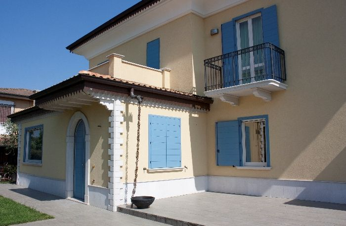 Persiane in legno bianche design casa creativa e mobili for Ville bianche moderne