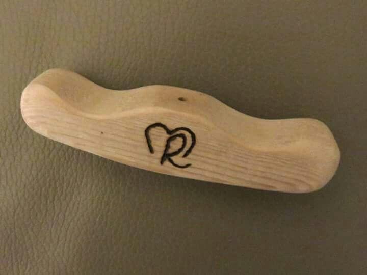 Houten handgreep voor garagepoort, met onze initialen R M ingebrand (pyrografie)