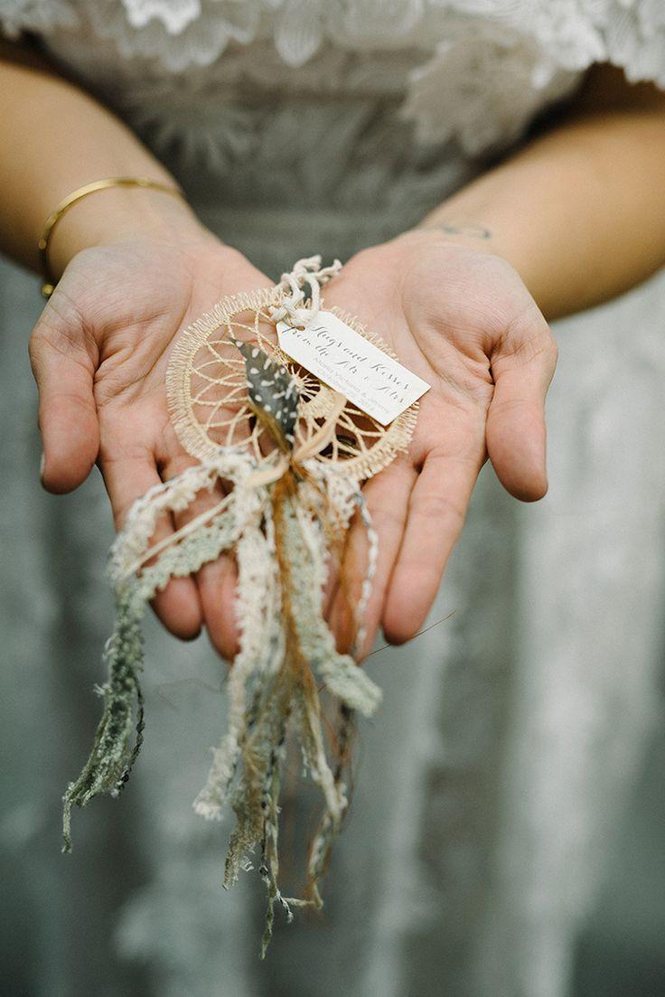 Свадебные сувениры dreamcatcher - фото The Kama Photography http://ruffledblog.com/industrial-modern-wedding-with-a-greenery-wall