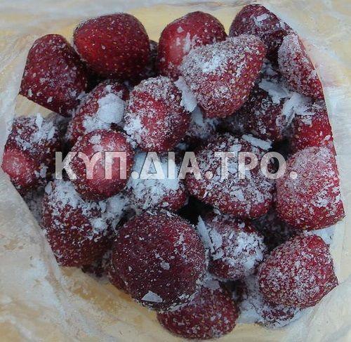 Φράουλες σε ζάχαρη.  Πηγή: Μαρία Συμεωνίδου.