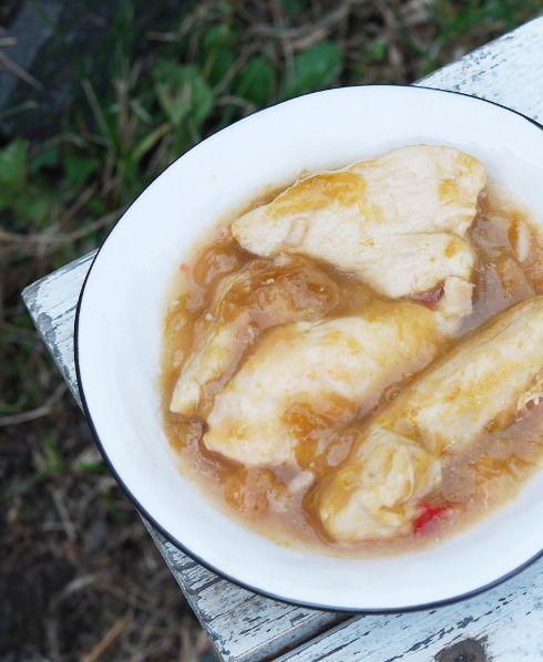 Куриные грудки в сливово-имбирном соусе. 3-4 чашки нарезанных слив (без косточек) Кусочек имбиря примерно 3 см 2-3 зубчика чеснока Кусочек красного чили 50 мл сахара 60 мл куриного бульона 1 стол лож кукурузного крахмала 1 стол лож темного соевого соуса  4 куриных филе (1,1 кг) 2-3 стол лож оливкового масла Соль, перец
