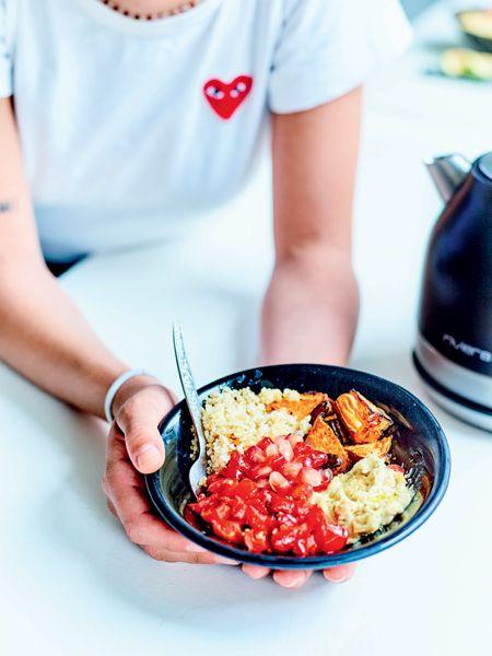 Concepts et accessoires innovants pour une grande tendance culinaire : les buddha bowls, de véritables plats complets super concentrés en micronutriments.Focus: repas sain,patate douce, poivrons aigre-doux et quinoa