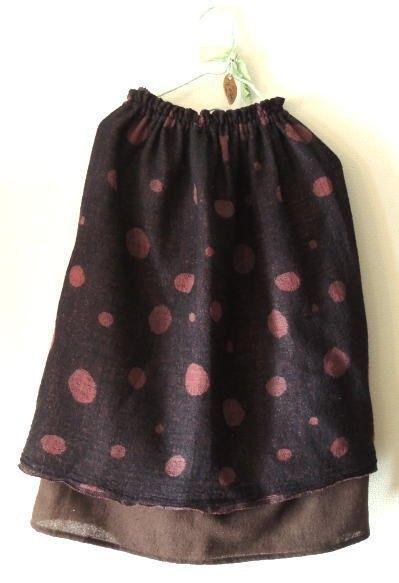 リバーシブルの圧縮ウールの生地でスカートを作りました。オーバースカート風に下にも裏地スカート付き。(3枚目画像です)取り外し可能なので上のスカートのみでもお使...|ハンドメイド、手作り、手仕事品の通販・販売・購入ならCreema。