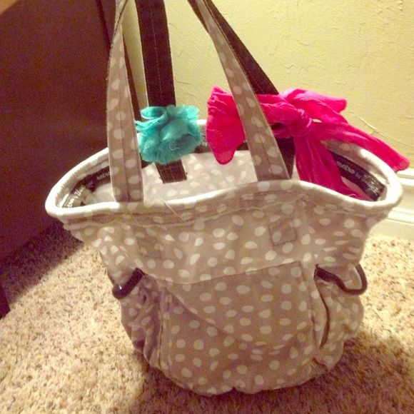 ThirtyOne Retro Metro Bag Can be used for just about anything! Key holder as seen in picture. Bows are removable. Machine washable! ThirtyOne Bags Shoulder Bags