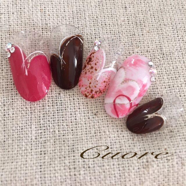 とっても可愛いチョコレートネイル♪バレンタインにも人気なこちらの、最高にガーリーなピンク色の「いちごチョコ」なデザインを集めてみました♡