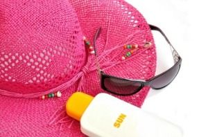 Removing Sunscreen Stains from Clothing. To remove the stain: moisten the area, rub with plenty of dishwashing liquid, and scrub with a nail brush if the fabric can take it. Then soak overnight and wash as usual.