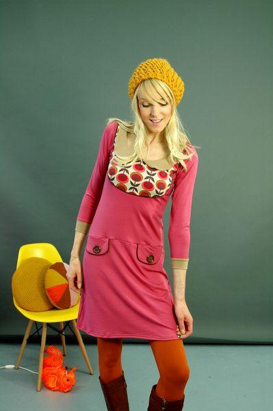 Schönes Kleid aus weicher himbeerfarbener Viskose mit einer Passe mit Blütemuster. Das Kleid hat einen  Kragen und kleine aufgesetzte Deko-Taschen ...