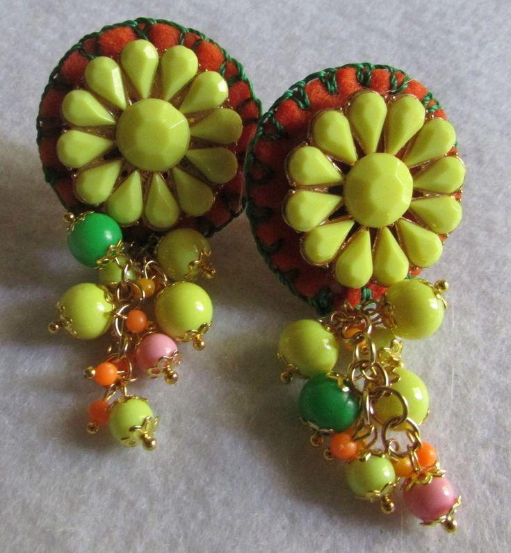 Aro clip, bordado a mano alzada sobre soporte fieltro, flores y perlas .Diseño inspiración mexicana