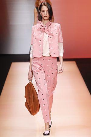 エンポリオ アルマーニ メンズライクな着こなしもピンクならフェミニンに。