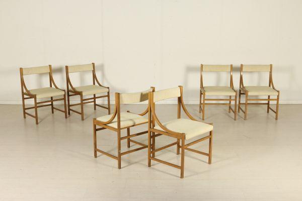 Gruppo di sei sedie; legno di teak; imbottitura in espanso e rivestimento in tessuto. Buone condizioni; presentano piccoli segni di usura.