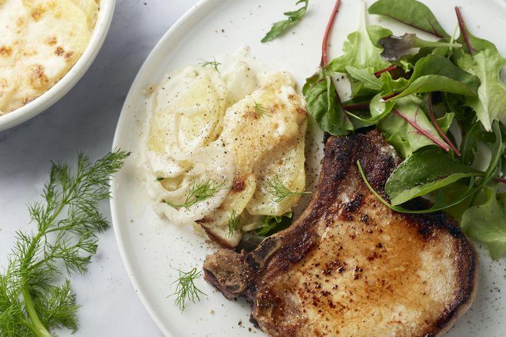 Hou jij wel van aardappelgratin? Dan moet je zeker eens deze originele versie proberen met frisse venkel erbij, een lekkere kotelet en salade. Geniete...