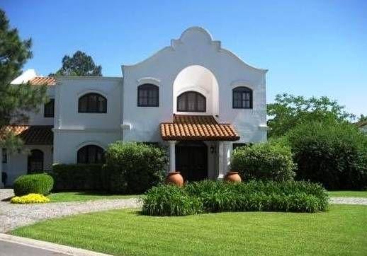 Spanish colonial house fachada de una residencia for Estilo colonial