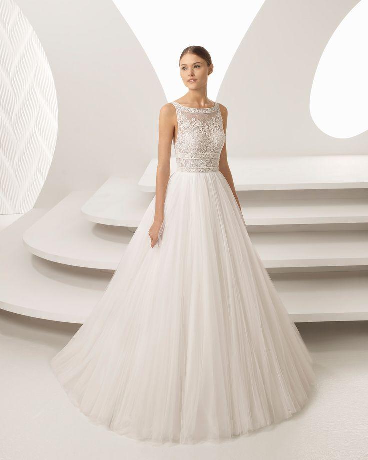 Abito da sposa stile principessa in pizzo con strass e tulle morbido, con scollo a barchetta e trasparenze. Collezione 2018 Rosa Clará.