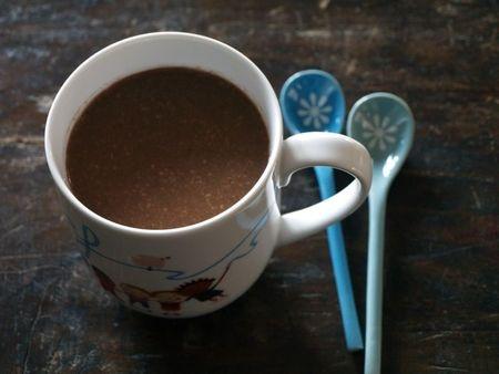 Chocolat chaud à l'amande et à la vanille - sans oeuf, sans lait, sans gluten  (pour 2 personnes)    3 cs de purée d'amande blanche  3 cs de cacao en poudre non sucré  3 à 4 cs de rapadura  1/2 cc de vanille en poudre (ou les graines d'1/2 gousse de vanille)  1/2 l d'eau    Dans une casserole, mélanger la purée d'amande blanche, le cacao, le rapadura et la vanille en poudre. Ajouter un peu d'eau pour délayer la purée d'amande, mélanger, puis placer sur feu doux. Ajouter l'eau progressivement…