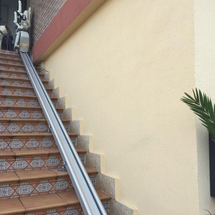 Silla salvaescaleras recta para exteriores - Redel salvaescaleras. http://redelsalvaescaleras.com http://salvaescaleras-galicia.com http://sillas-salvaescaleras.xyz