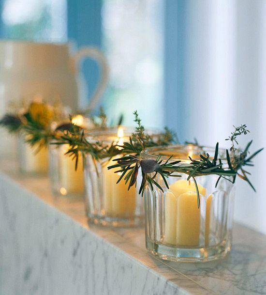 Använd det du har hemma för att skapa julkänsla. Eller  gå ut i naturen  och hämta in. Granris, kottar, pepparkakor, apelsin, rosmarin och rönnbär blir till de  allra vackraste  och mest väldoftande juldekorationerna.