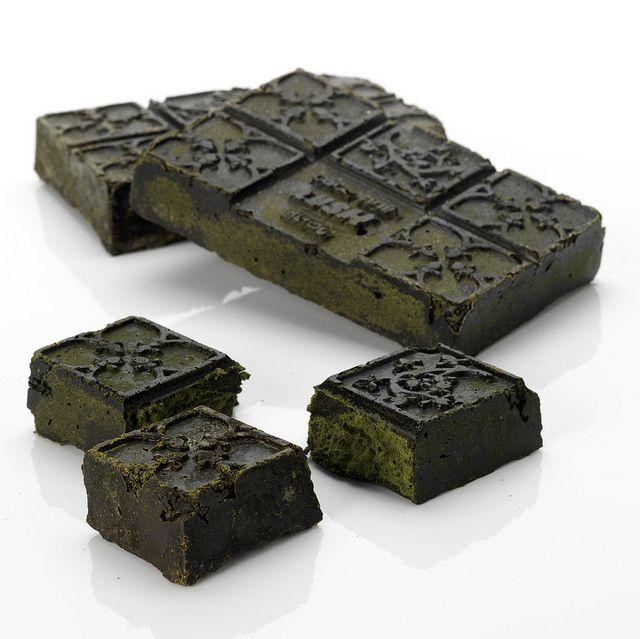Caca Noir, indigo en henna geven je haren een mooie zwarte kleur met een haast blauwe glans. https://www.lush.nl/shop/product/product/path/153/id/391/henna-caca-noir