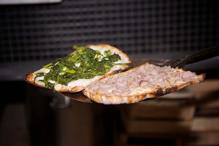 """Gragnano, comune della provincia di Napoli, è un luogo ormai noto a tutti per la sua cultura gastronomica e la produzione di pasta e vino. Ma non solo, Gragnano è anche la terra del """"panuozzo"""", specialità della cucina partenopea che nasce dall'impasto della classica pizza napoletana e ha la forma di un pezzo di pane ovale (lungo circa 25-30 cm), farcito e cotto a legna. Quello tradizionale viene preparato con pancetta e mozzarella, ma le varianti sono molte e ognuno può farcirlo a proprio…"""
