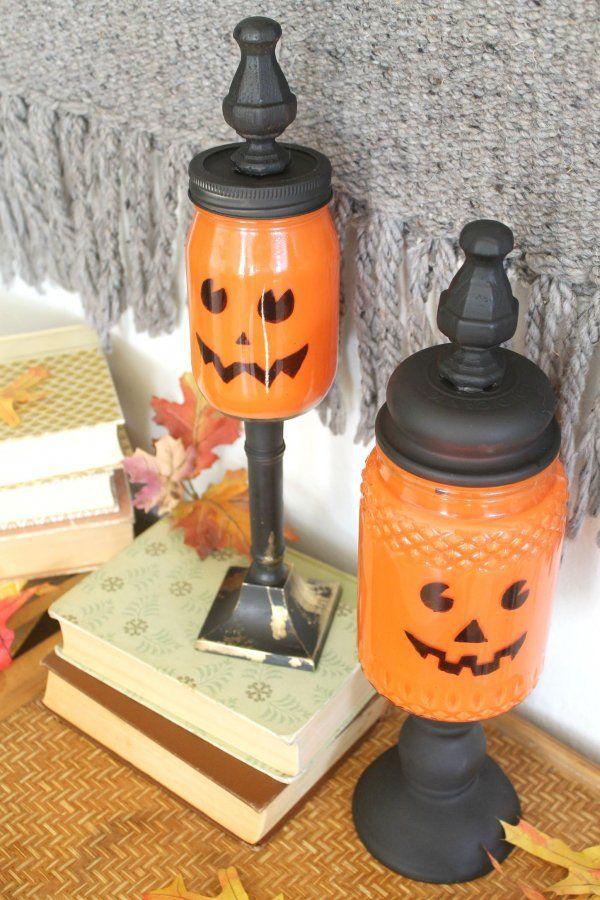 afgewerkt metselaarkruik pompoen snoep potten, zie meer op http://diyready.com/mason-jar-crafts-pumpkin-candy-jars