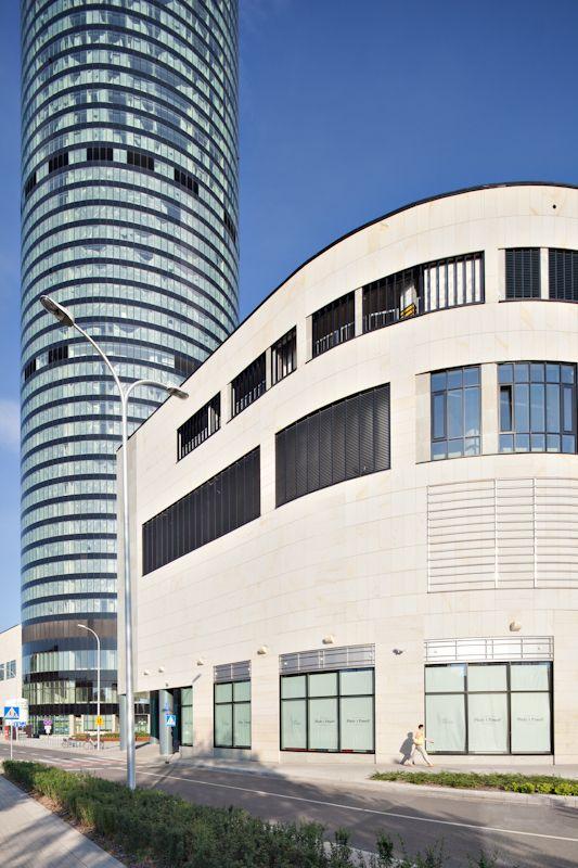 Sky Tower - widok wieży i budynku centrum handlowego