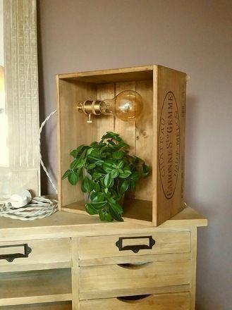 Lampe étagère dans une caisse de vin en bois, style vintage, lumière à incandescence