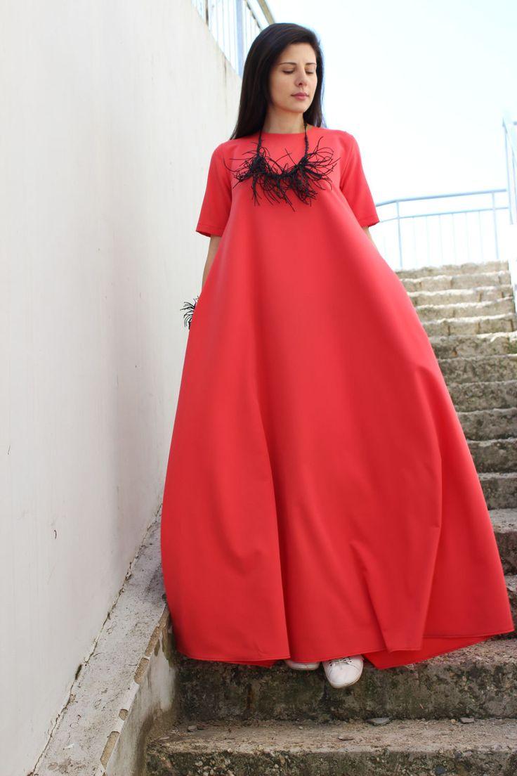 Plus de taille de vêtements, Plus la taille maxi, caftan, robe de soirée, robe longue Robe corail de Maxi, Caftan, Abaya, robe grande taille   Robe longue unique... lâche et sans modèle Avec deux poches latérales... Disponible en différentes couleurs magnifiques, frais et printanier ! Modèle ample pour les mouvements naturels du corps !   Tissu : Polyviscose Couleur : corail  Le modèle porte taille M !  TABLEAU DES TAILLES :  Taille XS : Tour de poitrine : 84cm/33,1 » Tour de taille : 68...