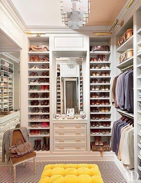 O camarim em apartamento em Nova York de Nate Berkus apresenta um feito por encomenda tufados otomano coberto por um veludo Clarence House;  o carpete é de Stark.