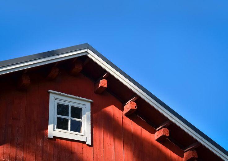 Neljä vuodenaikaa koettelevat kattoa, joten katon kunto kannattaa tarkistaa säännöllisesti. Lue Meidän Mökin vinkit ja huolla katto ajoissa!