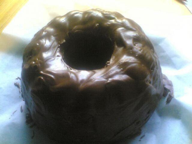 Geishakakku. Tavallinen suklaakakku, mutta sekaan tulee Geishaa ja päälle tummaa suklaata.