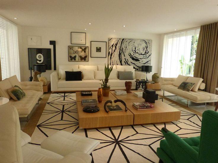 O arquiteto Francisco Calio assinou o Espaço da Família, de 160m². Um ambiente assimétrico, que integra o living, a área gourmet e a varanda. Materiais como o piso ecológico, corian, vidros e laca compõem o layout.