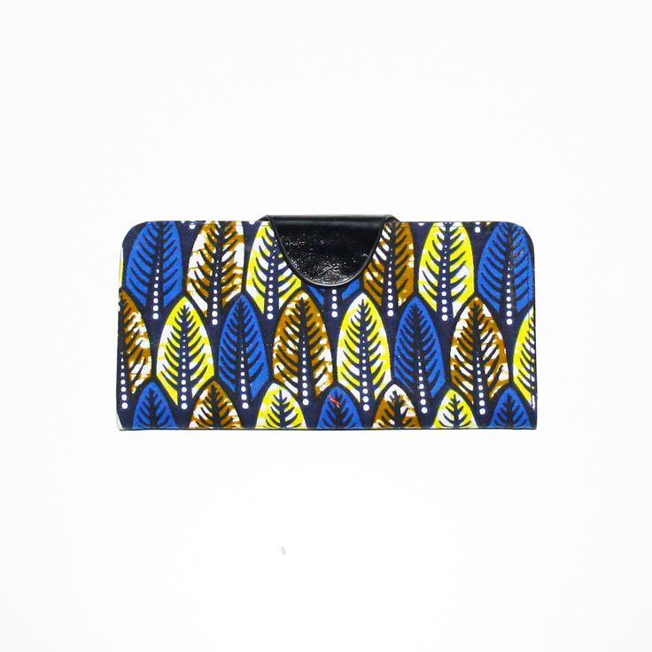 Kiny Paris: Portefeuille en wax.  Rangement pour une dizaine de cartes.  Compartiment plastifié pour une photo.  Compartiment pour billets..  Dimension: L19cm x l9,5cm  Composition:  -Exterieur: real wax & Similicuir polyuretane)  -Interieur: Similicuir (Polyuretane)  Couleurs:  -Exterieur: bleu, jaune, kaki  -Interieur: noir…