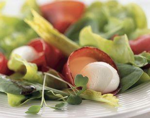 Blattsalat mit Bündnerfleisch-Mozzarella-Tütchen