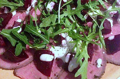 Een rosbief carpaccio met gekookte balsamico bietjes. Naar een recept van Jamie Oliver uit Allerhande.