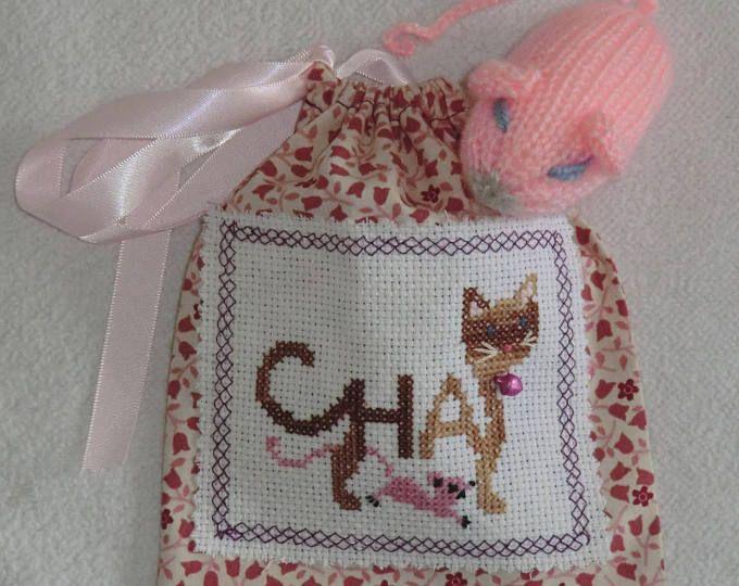 Sac pochon Chat - En tissu Coton - Brodé à la main - Chat tigré marron et sa souris rose en laine - Fait Main - Modèle Unique