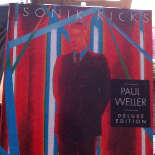Paul Weller Sonik kicks ポールウェラーの新譜。大学入学した時の自己紹介で、生まれ変わるなら?の欄にポールウェラーって書いた。振り返らない生き方がかっこ良いなと。クリップはいつも若干ダサ目やけど(笑)