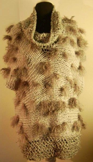 Tapado de lana con seda, cuello de terciopelo aplicaciones piel. US 100