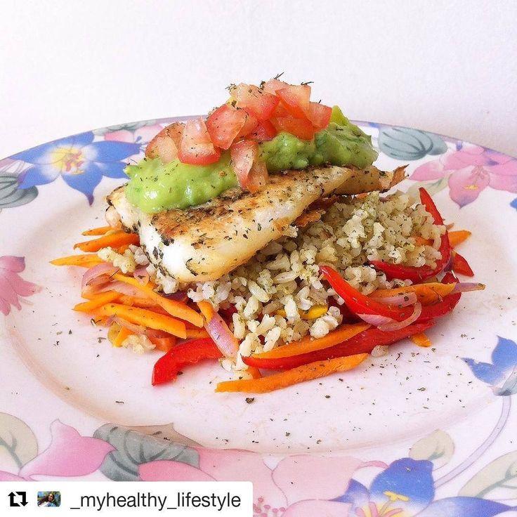 Hoy les dejamos esta linda receta de @_myhealthy_lifestyle con mucho color y super saludable 💪👌😉#Repost @_myhealthy_lifestyle (@get_repost) ・・・ Este almuerzo lo repetiría mil veces 😍🙋👌❤️ • 🍆🍠🍅Cama de verduras salteadas en ghee de @karavansay (pimentón, cebolla morada, zanahoria, zhuccini) + 🍚1/3 de taza de arroz integral verde🌿 + 🐟pescado basa adobado con la mezcla de @tomacol , orégano, albahaca, ajo, pimienta Cayena, tomillo y perejil + 🍈pesto de aguacate con un poco de…