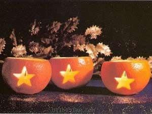 . Per prima cosa procurarsi delle arance, alcune candeline cilindriche o sferiche, un taglierino, un coltello ed un panno. Tagliare le arance in due, svuotare eliminando la polpa,  asciugare bene con un panno la parte interna. Con il taglierino incidere la buccia esterna dell'arancia a formare una stella . Inserire all'interno la candelina prescelta ed accenderla. Questo addobbo natalizio riscalderà la casa donandole un'atmosfera natalizia unica