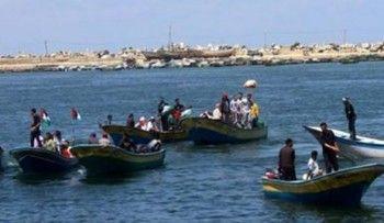 "Tentara Zionis menculik tiga nelayan Palestina di perairan Gaza  GAZA (Arrahmah.com) - Kapal Angkatan Laut ""Israel"" menyerang beberapa perahu nelayan Palestina dan menembaki mereka pada Selasa (19/4/2016) pagi melukai seorang nelayan dan menculik tiga nelayan di wilayah perairan Gaza di bagian selatan Gaza.  Nizar Ayyash kepala persatuan nelayan mengatakan tentara menculik nelayan yang terluka namun kemudian membebaskannya sebelum petugas medis Palestina membawanya ke rumah sakit ujar…"