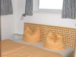in den floating houses bieten zwei schlafzimmer mit doppelbetten und ein kombizimmer mit schlafcouch platz fr - Kleines Schlafzimmer Layout Doppelbett