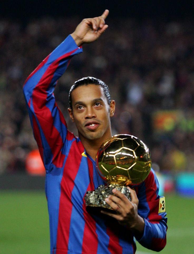 Ronaldinho oferint la Pilota d'Or a l'afició del Barça
