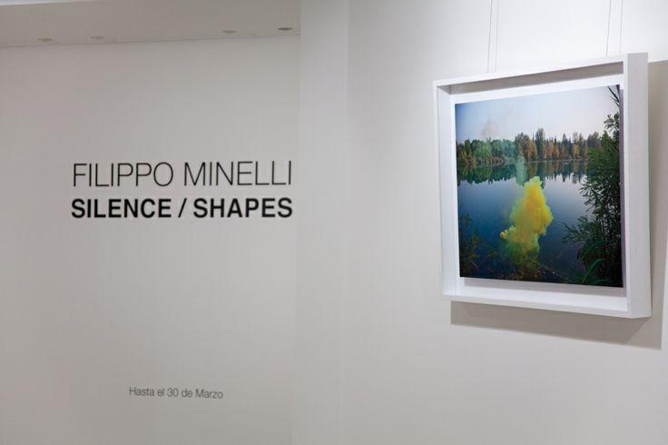 Silence/Shapes è la mostra fotografica dell'artista Filippo Minelli (Brescia 1983), esposta in questi giorni presso la Fondazione Loewe di Madrid. Le immagini di Minelli inquadrano bombe di fumo colorato, che l'artista fa esplodere in paesaggi naturali, con un richiamo alla natura perturbante descritta dagli artisti romantici.