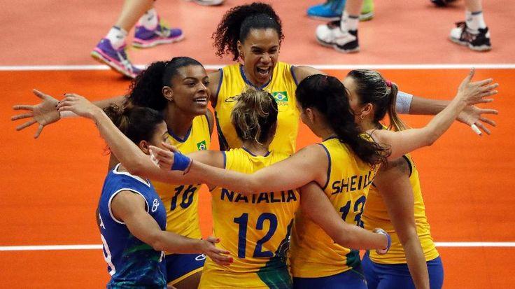 Olimpíada Rio - 2016. Equipe brasileira de vôlei em ação.  Fotografia: Matt Rourke / AP Photo.