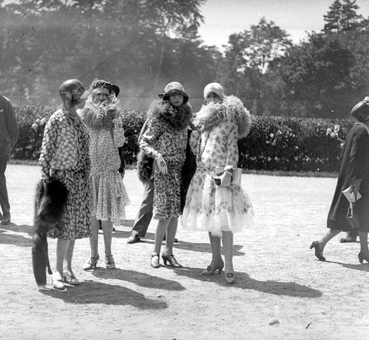Femmes en robes d'été et étoles de fourrure, Paris, fin des années 1920.