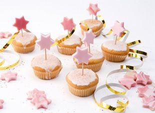 Dit is pas echte glitter en glamour! Deze cakejes zijn speciaal voor alle kleine sterretjes. Een traktatie die je met plezier uitdeelt. > http://www.flairathome.nl/zelfmaken/traktatie-sterrencakejes/ #diy #traktatie #kids #cake