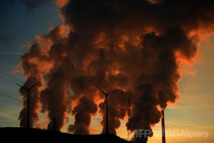 ドイツ西部ゲルゼンキルヘン(Gelsenkirchen)の石炭火力発電所から出る煙(2012年1月16日撮影、資料写真)。(c)AFP/PATRIK STOLLARZ ▼31Mar2014AFP 気候変動による深刻な影響に警鐘、国連IPCC報告書 http://www.afpbb.com/articles/-/3011268 #Gelsenkirchen